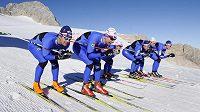 Čeští běžci na lyžích při soustředění na dachsteinském ledovci. Zleva Dušan Kožíšek, Lukáš Bauer, Eva Nývltová-Vrabcová, Jiří Magál, Ondřej Horyna a Martin Jakš.