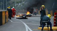 Krátce po nehodě portugalského jezdce Luise Carreiry. Hasiči chvátají zlikvidovat plameny šlehající ze závodníkova motocyklu