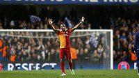 Útočník Galatasaraye Didier Drogba zdraví fanoušky na stadiónu Chelsea.