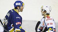 Jaromír Jágr v dresu Kladna si podává ruku s Michaelem Frolíkem, který během výluky NHL oblékal dres Chomutova.
