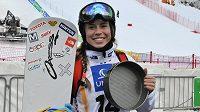 Olympijská vítězka ze Soči Eva Samková po vítězné kvalifikaci na mistrovství světa snowboardcrossařek v rakouském Kreischbergu. Na snímku pózuje s vítěznou formou.