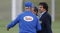 Mluvčí brazilských fotbalistů Rodrigo Paiva (vpravo) při rozhovoru s trenérem Scolarim.