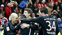 Arjen Robben se raduje se spoluhráči z Bayernu Mnichov z vítězné branky proti Mohuči.