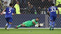 Gianluigi Buffon v brance Juventusu kryje penaltu Alexandrea Lacazettea (není na snímku) v utkání Ligy mistrů v Lyonu.