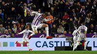 Záložník Valladolidu Rubén Alcaraz slaví gól, který je později neuznán.