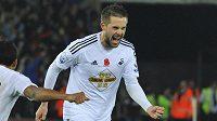 Gylfi Sigurdsson ze Swansea jásá po gólu z přímého kopu proti Arsenalu.