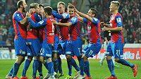 Hráči Plzně se radují z gólu proti Slavii.