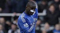 Útočník Chelsea Demba Ba prožil smolný návrat na stadión Newcastlu. Před přestávkou musel střídat kvůli zlomenému nosu.