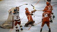 Američtí hokejisté John Harrington (vlevo) a Michael Ramsey oslavují gól v brance SSSR. Podceňovaní hráči USA na olympiádě v Lake Placid šokovali výhrou nad Sověty a ve finálové skupině navrch porazili Finsko.