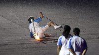 Problém při zahájení paralympiády. Marcia Malsarová upadla, pochodeň ale dál hořela.