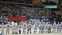 Hokejisté Komety slaví s fanoušky výhru nad Vítkovicemi.