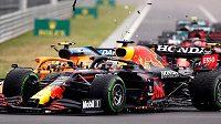 Pilot McLarenu Lando Norris naráží do Maxe Verstappena z Red Bullu.