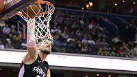 Basketbalista Washingtonu Wizards Tomáš Satoranský (31) zakončuje jednu z akcí v utkání NBA.