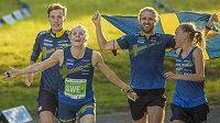 Zleva Emil Svensk, Sara Hagströmová, Gustav Bergman a Tove Alexanderssonová se Švédska se radují z vítězství.