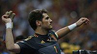 Iker Casillas hází divákům rukavice po vítězství nad Francií.
