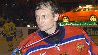 Ruský brankář Maxim Sokolov s bronzovou medailí z MS 2005 ve Vídni.