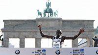 Dennis Kimetto protíná cílovou pásku před Braniborskou bránou v Berlíně v dosavadním nejrychlejším času historie.