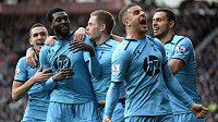 Fotbalisté Tottenhamu se radují z branky proti Southamptonu.