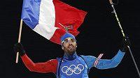 Král Martin Fourcade po smíšené štafetě. Francie brala první místo, Češi skončili na 8. příčce.