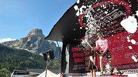 Nizozemský cyklista Steven Kruijswijk oslavuje zisk růžového trikotu pro lídra Gira.