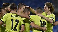 Hráči českého týmu se radují z gólu proti Slovensku.