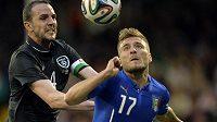 Ciro Immobile (vpravo) v dresu italské reprezentace bojuje o míč s Johnem O´Sheaem v přátelském utkání s Irskem.