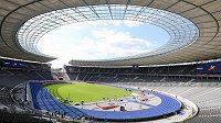 Berlínský Olympijský stadión s charakteristickou modrou dráhou.