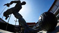 Ladislav Kubala má před Camp Nou sochu.