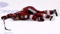 Útočník Phoenixu Rostislav Klesla leží na ledě po ataku Jordana Nolana z Los Angeles Kings.