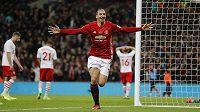 Útočník Manchesteru United Zlatan Ibrahimovic oslavuje vstřelený gól ve finále Ligového poháru proti Southapmtonu.