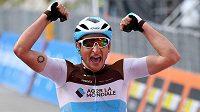 Francouz Nans Peters se raduje v cíli 17. etapy Gira.