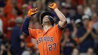 Baseballista Houstonu Jose Altuve (27) oslavuje svůj homerun ve druhém finále MLB.