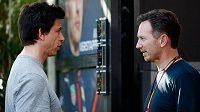 Christian Horner (vpravo) se chce pokusit přemluvit Toto Wolffa, aby také Mercedes hlasoval pro vyzkoušení nového kvalifikačního systému.
