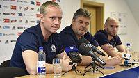 Na snímku zleva trenér Václav Jílek, sportovní manažer Ladislav Minář a kapitán Michal Vepřek.