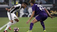 Z utkání italské ligy - Daniel Alves (vlevo) z Juventusu v souboji s Marcosem Alonsem z Fiorentiny.