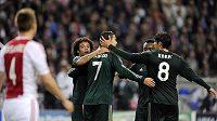 Cristiano Ronaldo (č. 7) přijímá gratulace k brance, kterou vstřelil Ajaxu Amsterdam.