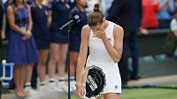Plačící Karolína Plíšková s trofejí po prohře ve finále Wimbledonu.