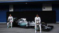 Rosberg (vlevo) s Hamiltonem představují nový monopost Mercedesu.