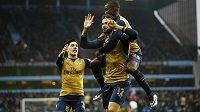 Útočník Arsenalu Olivier Giroud (12) slaví se svými spoluhráči vstřelený góly ve Villa Parku.