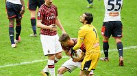 Samuel Castillejo se snaží vzít míč gólmanovi Janova Mattia Perinovi v zápase Serie A.