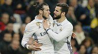 Gareth Bale byl během duelu s Las Palmas vyloučený. Červená karta hvězdu vytočila, Balea krotí spoluhráč Nacho.