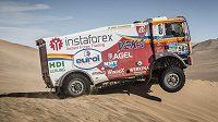 Aleš Loprais přejíždí dunu při Rallye Dakar.