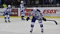 Zklamaní hokejisté Komety po páteční porážce s Chomutovem. Vpředu je obránce Lukáš Kozák.