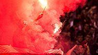 Fotbaloví fanoušci házejí světlice - ilustrační foto.