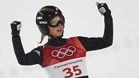 Radost norské skokanky na lyžích Maren Lundbyové po druhém finálovém skoku.