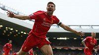Takhle si Gerrarda pamatují fanoušci Liverpoolu. Pětatřicetiletý záložník slaví svůj gól. (Archivní snímek).
