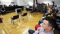 V soudní síni se očekává příchod Zdravka Mamiče.