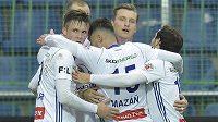 Hráči Boleslavi se radují z úvodního gólu.