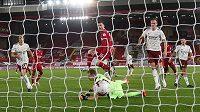 Andrew Robertson (uprostřed) střílí vítězný gól Liverpoolu v ligovém utkání s Arsenalem.