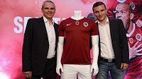 Nový kapitán Sparty David Lafata (vpravo) a trenér Vítězslav Lavička s novým dresem pro sezónu 2013/2014.